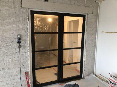 Verbouw bovenverdieping appartement zwarte stalen deuren