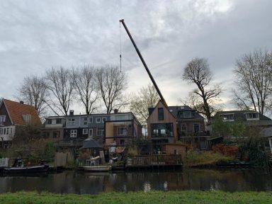 Complexe uitbouw dijkwoning i.v.m. hoogteverschillen - werken met een kraan